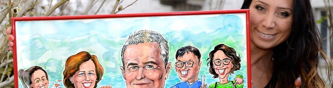 Karikaturistin Agnes haelt Portraetgemaelde Familie, Vater, Mutter, Kinder, ausgeschnitten